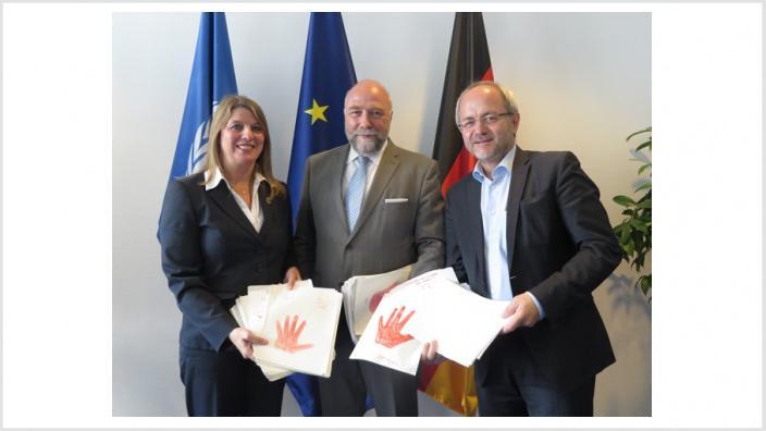 Christa Schuppler und Volkmar Klein übergeben 'rote Hände' an den Afrikabeauftragten der Bundeskanzlerin in Berlin