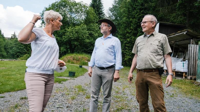 Volkmar Klein und Anke Fuchs-Dreisbach besuchen Schießstand in Röspe